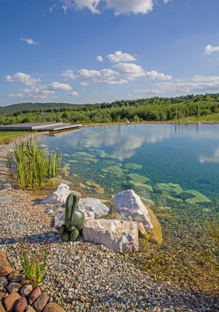 Ekologiczny basen kąpielowy z krystalicznie czystą wodą bez glonów, uzyskaną dzięki złożom filtracyjnym BioKalonit